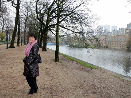 Binnenhof, strolling by the pond